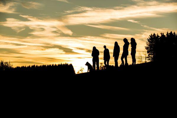 Schatten von fünf Wanderern und einem Hund